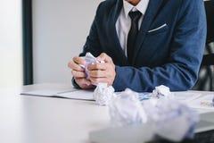 Krank und müde, Geschäftsmann glauben deprimiert und an seinem Schreibtisch erschöpft frustriert mit Problemen mit einem Stapel d lizenzfreie stockfotografie