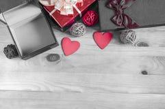 Krankastenherzen auf Schwarzweiss-Valentinstagplatz Draufsicht des Hintergrundes unter Text lizenzfreies stockbild