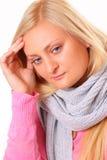 Kranke blonde Frau mit Kopfschmerzen Lizenzfreies Stockbild