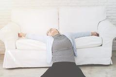 Kranke Frau, die auf dem Bett liegt lizenzfreie stockfotos