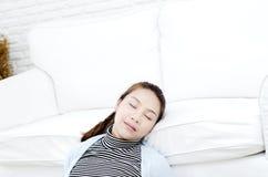 Kranke Frau, die auf dem Bett liegt stockfotos
