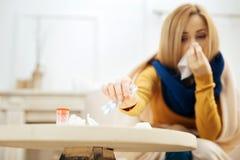Kranke Frau, die Pillen einnimmt, um wieder herzustellen lizenzfreies stockfoto