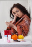 Kranke Frau liegt in einem Hausbett. Stockfoto