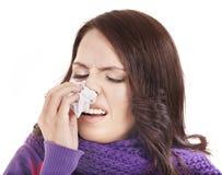 Kranke Frau mit dem Taschentuch, das Kälte hat. Lizenzfreie Stockbilder