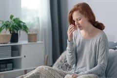 Kranke Frau mit hohem Fieber stockbild
