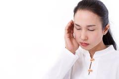 Kranke Frau mit Kopfschmerzen, Migräne, Druck, negatives Gefühl Stockbild