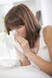Kranke Frau mit Taschentuch lizenzfreies stockfoto
