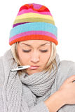 Kranke Frau mit Thermometer in ihrem Mund Stockfotografie