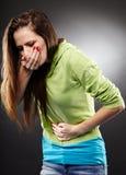 Kranke Frau ungefähr, zum ihren Magen hochhalten zu werfen Stockfotografie