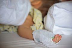 Kranke Hand des kleinen Jungen mit IV Stockbilder