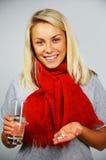 Kranke junge blonde Frau mit Pillen Stockfotos