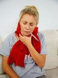 Kranke junge blonde Frau mit Thermometer Stockbild