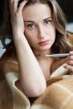 Kranke junge Frau im Bett Stockfoto