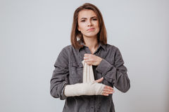 Kranke junge Frau mit dem Gips an Hand lizenzfreie stockbilder