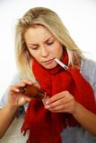 Kranke junge Frau mit Thermometer Stockbilder