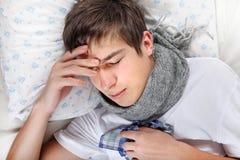 Kranke Kopfschmerzen Gefühl des jungen Mannes stockfotos