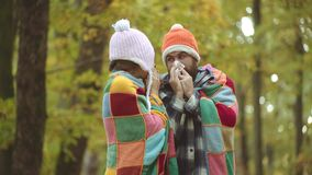 Kranke Leute haben laufende Nase Frau macht eine Heilung f?r die Erk?ltung im Herbstpark Mann mit dem Allergiesymptomschlag stock video