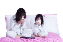 Kranke Mutter und Kind, die ihre Nase abwischt Lizenzfreie Stockbilder