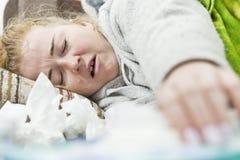 Kranke und müde Frau, die auf Bett, Nahaufnahme liegt Lizenzfreie Stockfotografie