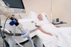 Kranke zerbrechliche Frau, die spezielles Gerät für die Atmung benötigt stockfoto