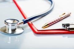 Krankengeschichte mit Stethoskop Stockbilder