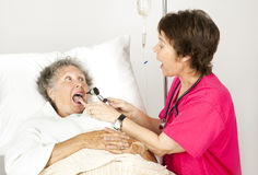 Krankenhaus-Krankenschwester - sagen Sie ah Stockfotografie