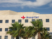 Krankenhaus mit Palmen Stockbild