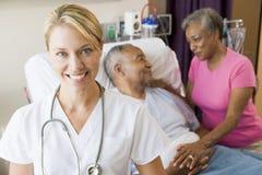 Krankenhaus-Raum des Doktor-Looking Cheerful In Stockbilder