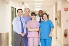 Krankenhaus-Team, das in einem Flur steht Stockfoto