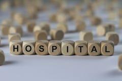 Krankenhaus - Würfel mit Buchstaben, Zeichen mit hölzernen Würfeln lizenzfreie stockfotos