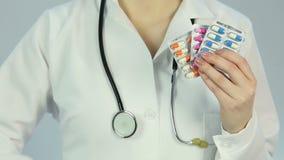 Krankenhausarzt, der ärztliche Behandlung und gesunde Diät zum kranken Patienten vorschreibt stock footage
