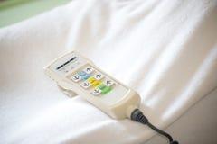 Krankenhausbettfernbedienung, die am Bettgitter hängt Technologie des medizinischem und Krankenhausdienstes Lizenzfreie Stockfotografie