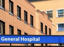 Krankenhausfassade mit Zeichen Lizenzfreies Stockbild