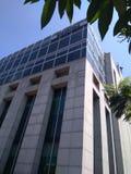 Krankenhausgebäude mit modernen architektonischen Gestaltungen stockbilder