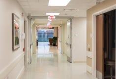 Krankenhaushalle mit hellen flourescent Lichtern stockfoto