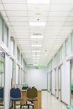 Krankenhausinnenkorridorhintergrund Stockfotos