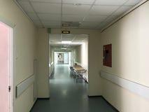 Krankenhausinnenraum: Ansicht eines langen Korridors mit hellen Wänden im Krankenhaus stockfoto