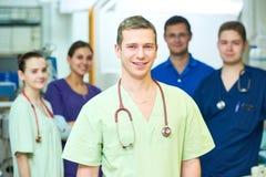 Krankenhausmedizinerpersonal junger Chirurg behandelt Team am Operationsraum stockfoto