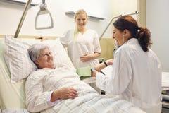Krankenhauspatient-Doktorkrankenschwester Stockbild