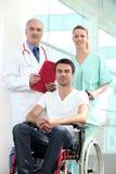 Krankenhauspatient im Rollstuhl Stockfoto