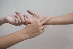 Krankenhauspatienthände zur Sorgfalt Stockbild