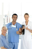 Krankenhauspersonal mit älterem Patienten lizenzfreie stockbilder