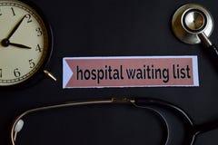 Krankenhauswarteliste auf dem Druckpapier mit Gesundheitswesen-Konzept-Inspiration Wecker, schwarzes Stethoskop stockfotos