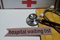Krankenhauswarteliste auf dem Druckpapier mit medizinischem und Gesundheitswesen-Konzept lizenzfreies stockfoto