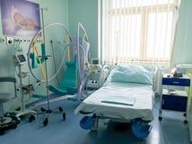 Krankenhauszimmer mit Ausrüstung für schwangere Frau vor dem Baby ist geboren stockfoto
