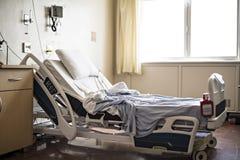 Krankenhauszimmer mit Betten und bequemem medizinischem ausgerüstet lizenzfreie stockfotos