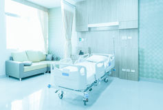 Krankenhauszimmer mit Betten und bequemem medizinischem ausgerüstet in einem MO lizenzfreies stockbild