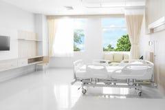 Krankenhauszimmer mit Betten und bequemem medizinischem ausgerüstet mit Na lizenzfreies stockfoto