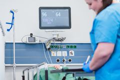 Krankenschwesterüberwachungspatient nach Operation im Aufwachraum Lizenzfreie Stockbilder