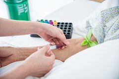 Krankenschwester übergibt Zeichnungsblut von der geduldigen Ader Lizenzfreie Stockfotos